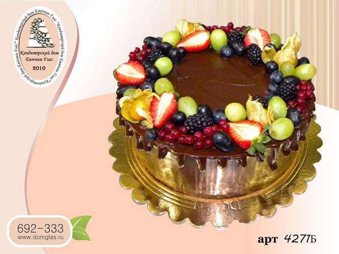 б торт с ягодами и шоколадными потеками