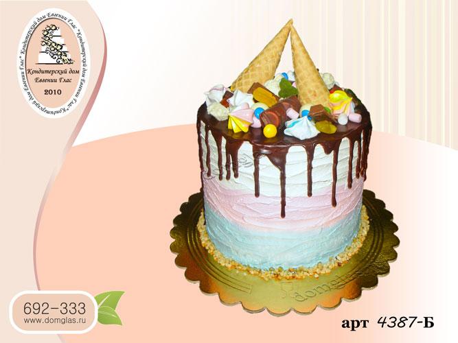 б трехцветный кремовый торт с вафельными рожками