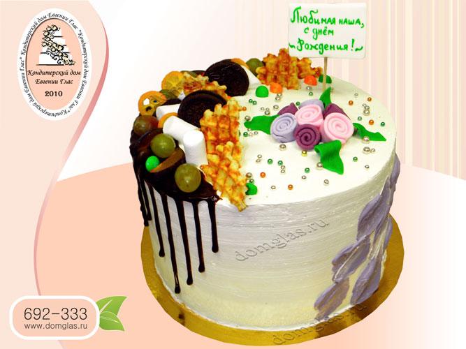 торт женский безмастичный со сладостями и цветами