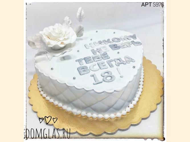 женский белый торт-сердце с розой