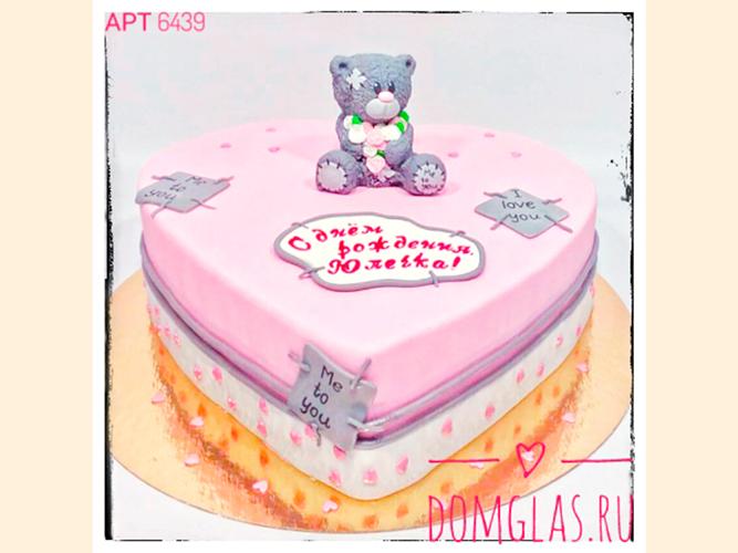 женский медвежонок с букетом на торте
