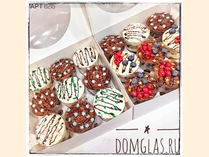 разные сладости трайфлы с ягодами и снежинками