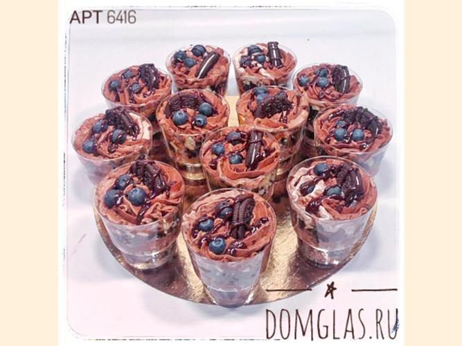 разные сладости шоколадные с ягодами и печеньем