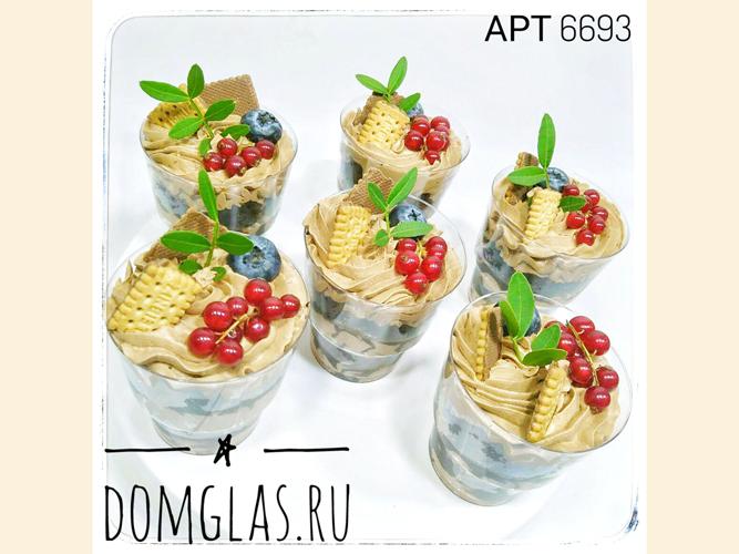 разные сладости трайфлы с печеньем и ягодами