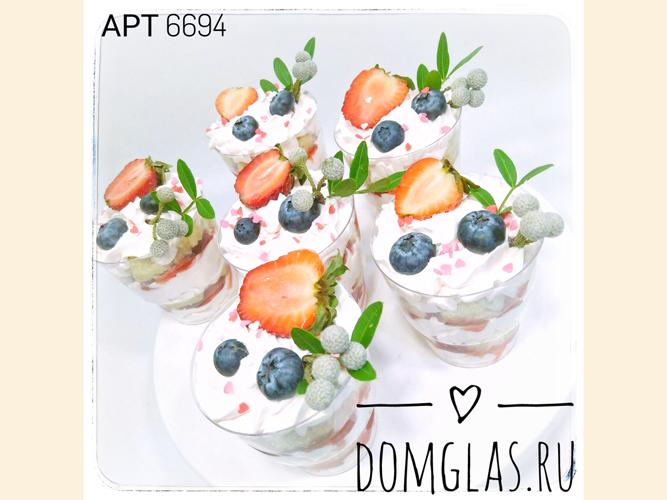 разные сладости трайфлы с ягодами