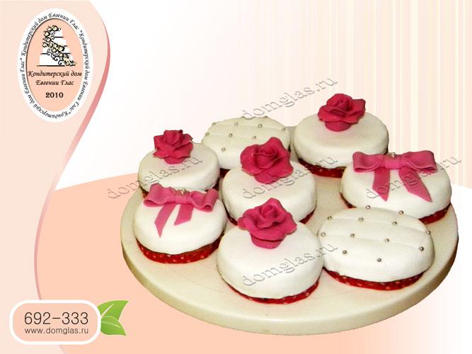 капкейки белый красная роза розовый бант