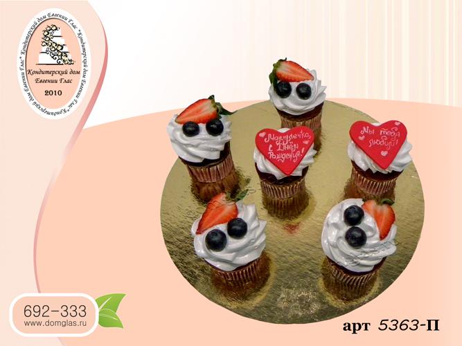 пирожные капкейки ягоды сердечки с надписями
