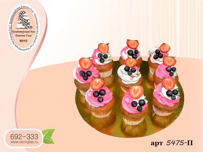 пирожные капкейки бело-розовые с ягодами