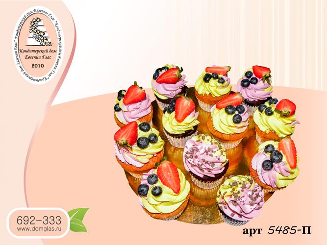 пирожные капкейки желто-розовые с ягодами