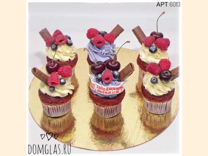 пирожные капкейки с ягодами к годовщине