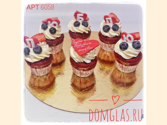 пирожные капкейки с ягодами и буквами
