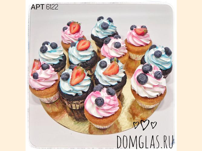 пирожные капкейки розово-голубые с голубикой