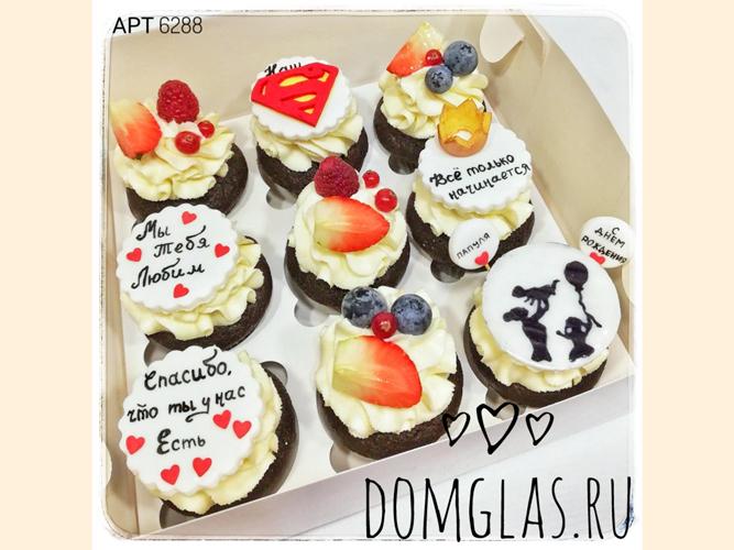 пирожные капкейки с фотопечатью и ягодами к ДР