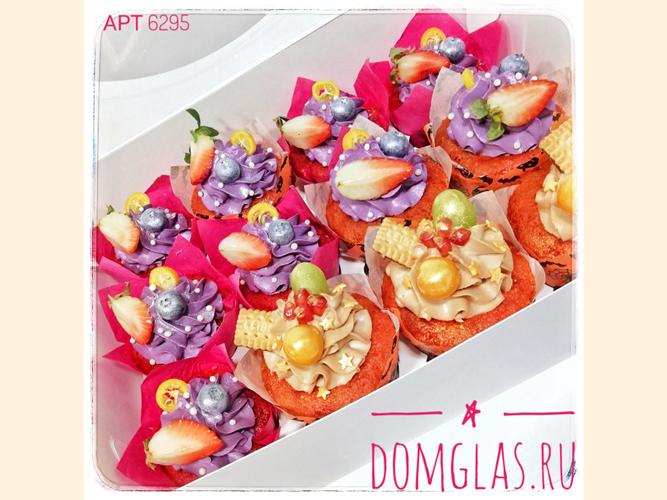 пирожные капкейки с ягодами,печеньем,зведочками