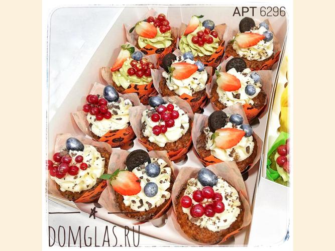 пирожные капкейки с ягодами и печеньем