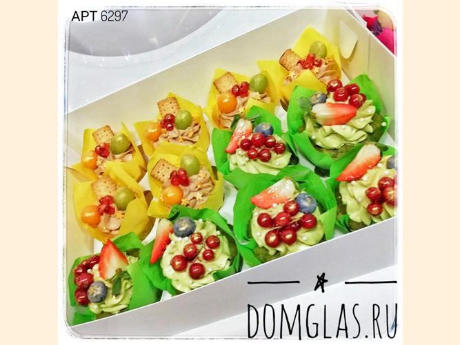 пирожные капкейки желто-зеленые с ягодами,печеньем