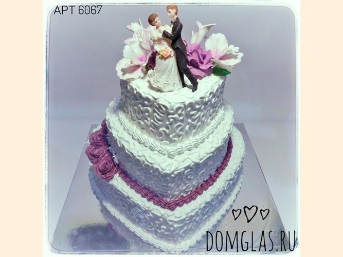 свадебный трехъярусный белый с парой и цветами