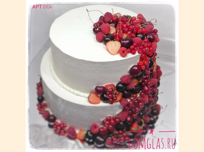 свадебный двухъярусный белый с водопадом из ягод