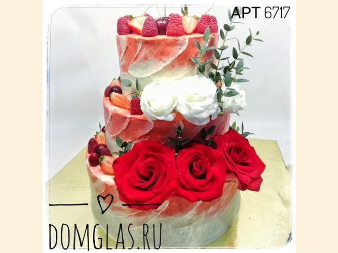 свадебный трехъярусный с ягодами и цветами