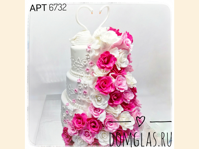свадебный  трехъярусный с лебедями и цветами